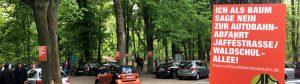 Bäume gegen die Autobahnauffahrt